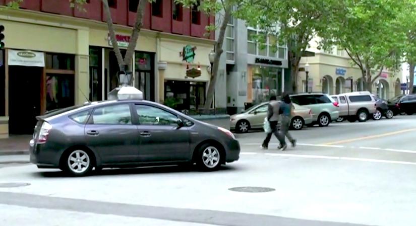 Беспилотный автомобиль пропускает пешеходов