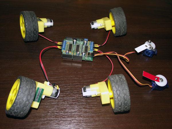 Motor Shield с подключенными четырьмя двигателями постоянного тока и двумя сервами