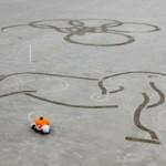 Диснеевский робот создает огромные рисунки на пляже